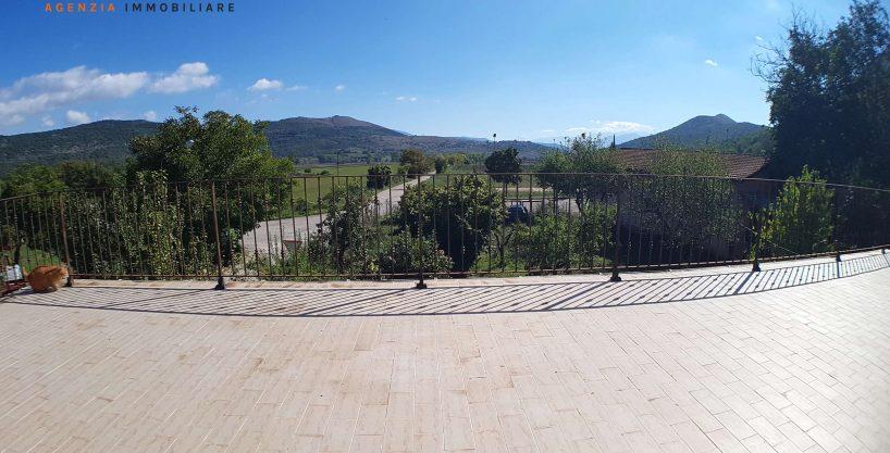 VENDITA: Villa con Giardino e Spettacolare Panorama a Caporciano