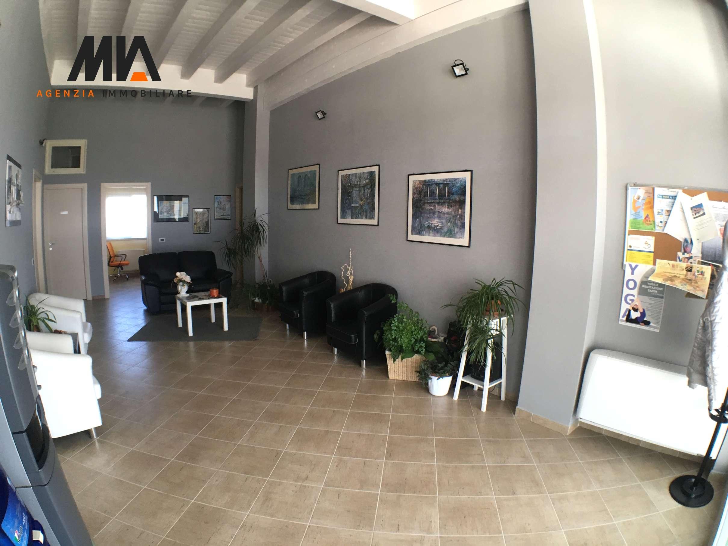 Affitto stanza uso studio in elegante ufficio zona for Arredamento agenzia immobiliare